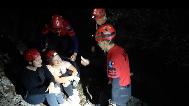 Fethiyede kayalıklarda mahsur kalan İngiltere uyruklu 2 kadın kurtarıldı