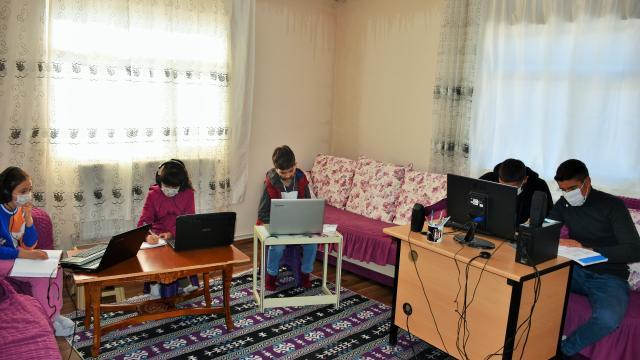 Muşlu muhtar öğrenciler için evinin bir odasını sınıfa dönüştürdü
