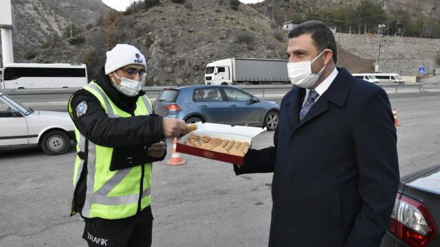 AK Parti Gümüşhane İl Başkanı Köseden polise tatlılı moral ziyareti