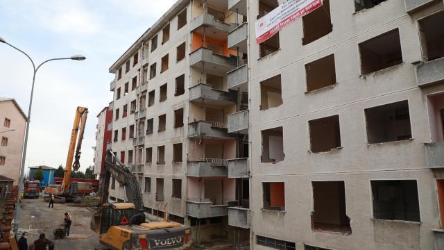 Hasarlı yapılar kentsel dönüşüm kapsamında yıkılıyor