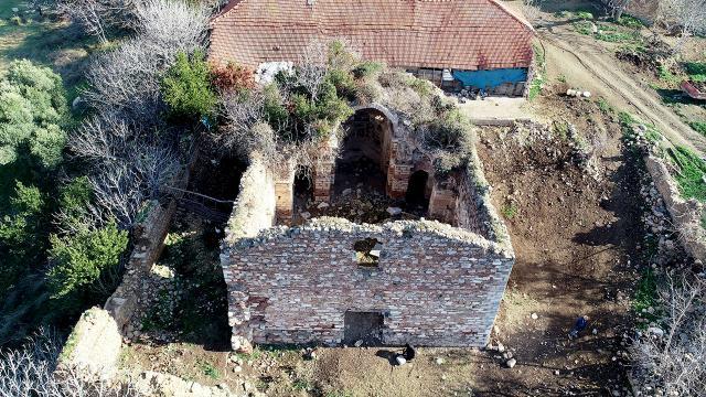 Defineciler 900 yıllık tarihi kiliseyi tahrip etti