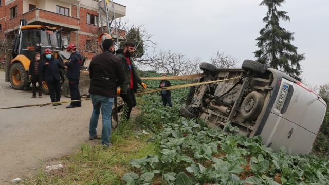 Trabzonda kepçenin çarptığı otomobil düşmekten son anda kurtuldu
