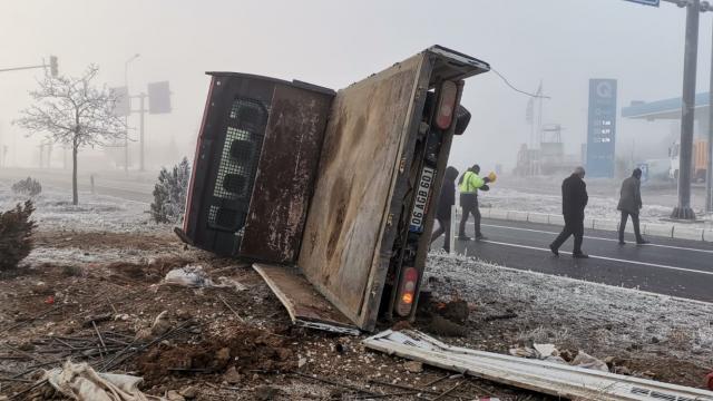 Elazığda kamyonet devrildi: 5 yaralı