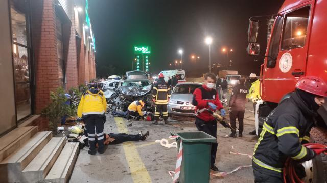 Kocaelide cip dinlenme tesisindeki araç ve yayalara çarptı: 1 ölü, 8 yaralı