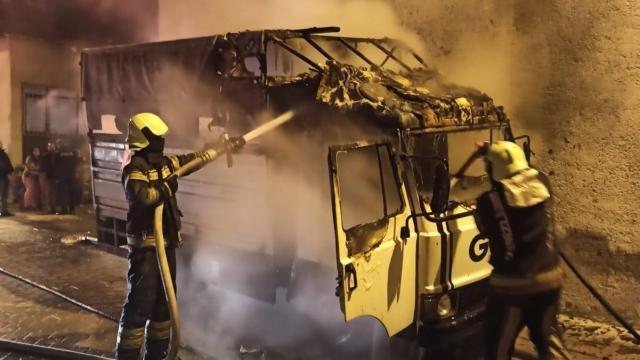 Denizlide park halindeki kamyonette çıkan yangın söndürüldü