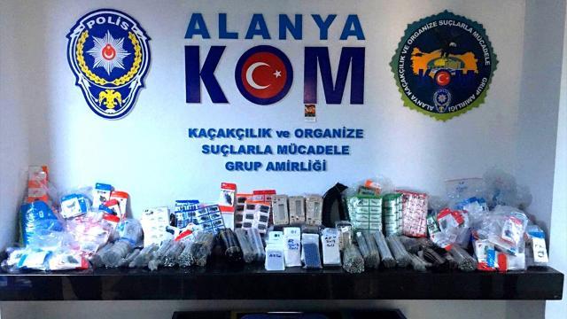 Antalyada 55 bin kaçak cep telefonu aksesuarı ele geçirildi