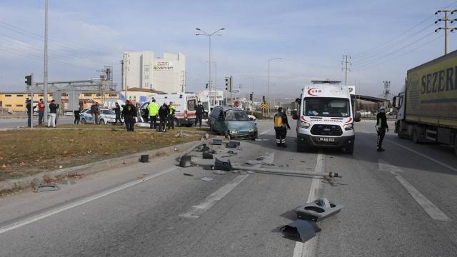 Çorumda otomobille kamyon çarpıştı: 1 ölü, 2 yaralı