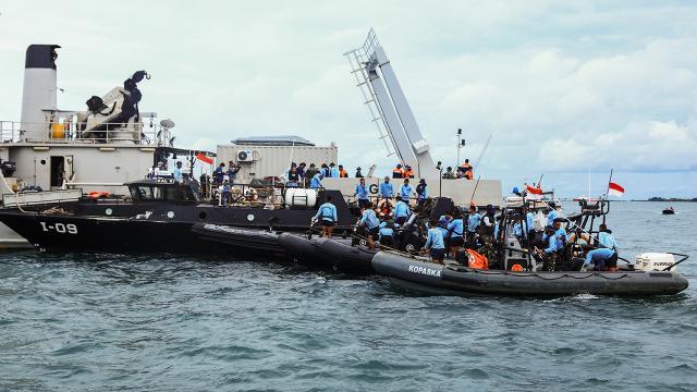 Endonezyada düşen uçağın enkazını arama çalışmaları sona erdi