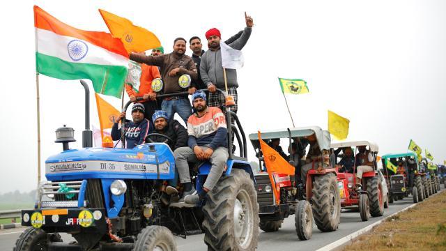 Hindistanda traktörlü eylem yapan çiftçilere polis müdahale etti
