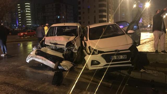 Samsunda otomobil polis aracına çarptı: 3 yaralı