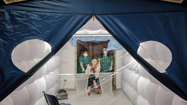 """İtalyada koronavirüs tedbirli """"sarılma odaları"""" kuruldu"""