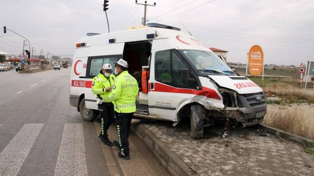 Uşakta ambulans ile otomobil çarpıştı: 4 yaralı