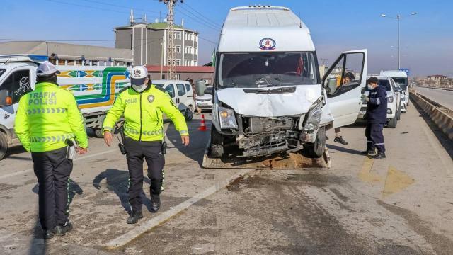 Vanda iki minibüs çarpıştı: 11 yaralı
