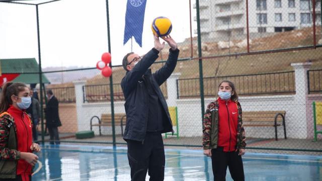 Bakan Kasapoğlu çocuklarla voleybol oynadı