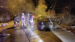Çaldıkları otomobili ateşe verdiler