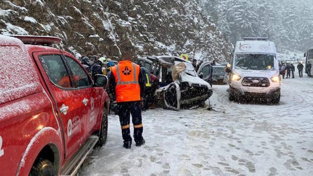 Yolcu otobüsüyle hafif ticari araç çarpıştı: 3 ölü, 4 yaralı