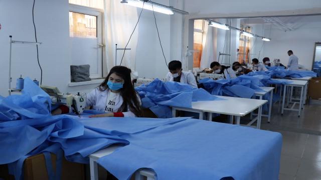 Diyarbakırlı öğrenciler İtalyadaki sağlıkçılara koruyucu kıyafet üretiyor