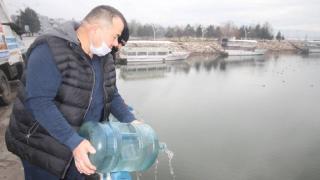 Kuraklığa dikkat çekmek için damacanalarla göle su boşalttı