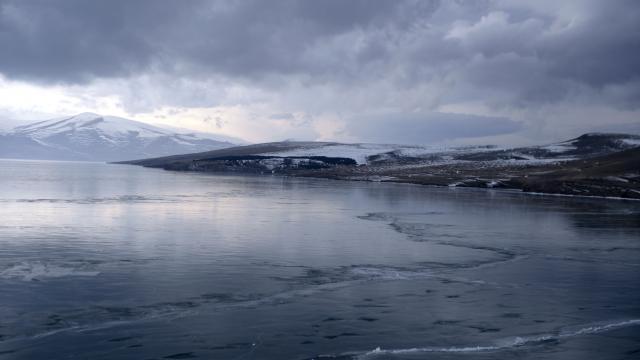 Çıldır Gölünün buzla kaplı yüzeyi erimeye başladı