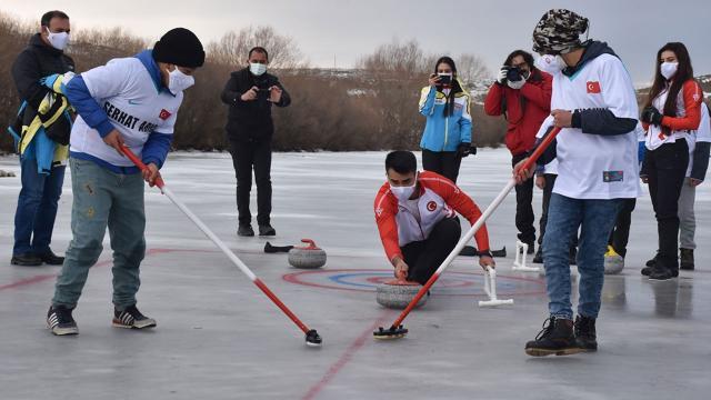 Milli curlingciler köy çocukları ile Kars Çayında curling oynadı
