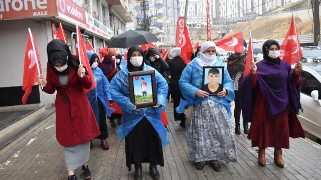Şırnakta terör mağduru aileler HDP İl Başkanlığı önünde eylem yaptı
