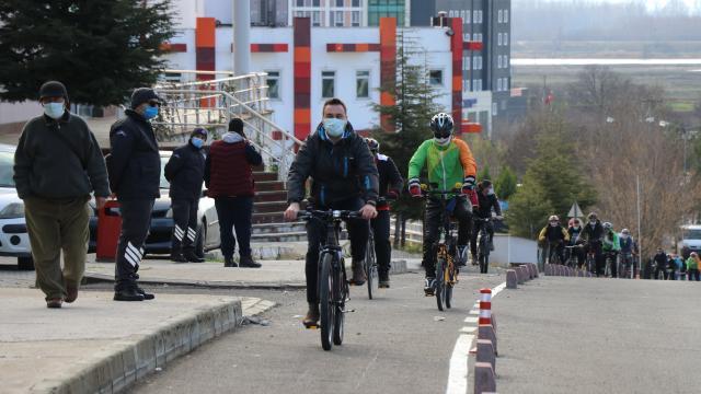 """Edirnede akademisyenler ve sporcular """"engelsiz üniversite"""" sloganıyla pedal çevirdi"""