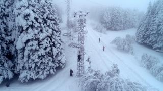 Elektrik ekiplerinin 1 metre karda zorlu mücadelesi