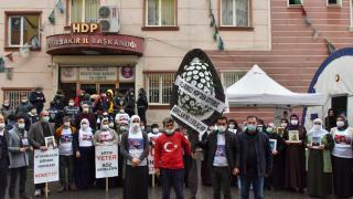 Evlat nöbetinin 500. günü: HDP önüne siyah çelenk bıraktılar