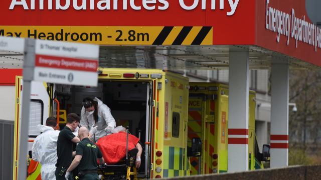 İngilterede 1200 kişi koronavirüsten yaşamını yitirdi