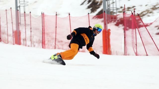 Kayakseverler kar sıkıntısının yaşanmadığı Palandökeni tercih ediyor