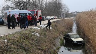 Sürücüsü kalp krizi geçiren otomobil su kanalına devrildi