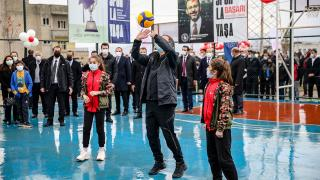 Bakan Kasapoğlu Siirtli çocuklarla voleybol oynadı