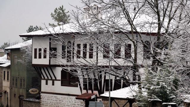 Safranbolunun tarihi evleri beyaz örtüyle kaplandı