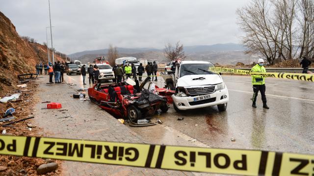 Tuncelide iki otomobil çarpıştı: 2 ölü, 1 yaralı