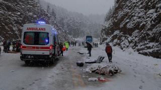 Antalya'da yolcu otobüsüyle hafif ticari araç çarpıştı