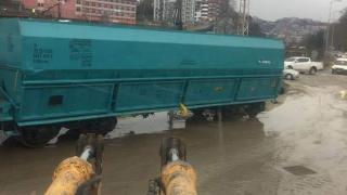 Zonguldak'ta raydan çıkan yük treni yola oturdu