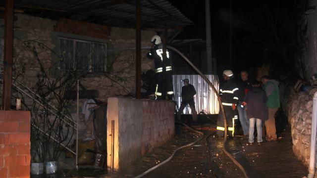 Manisada çıkan yangında üç ev kullanılamaz hale geldi