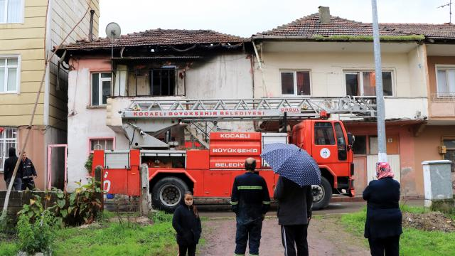Kocaelide 2 katlı evde çıkan yangın söndürüldü