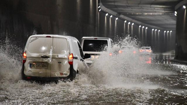 Adanada sağanak nedeniyle cadde ve sokaklar su altında kaldı