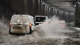 Adana'da sağanak nedeniyle cadde ve sokaklar su altında kaldı