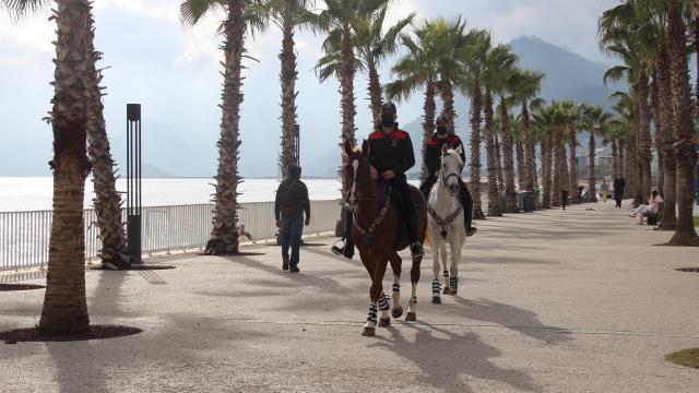 Antalya'da sahillerinde atlı polisler denetim yaptı