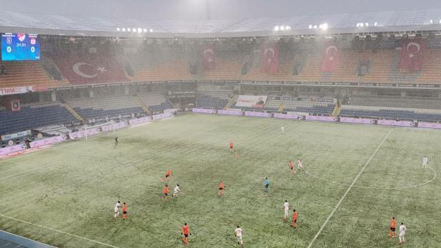 Başakşehir Sivasspor maçında kar yağışı etkili oldu