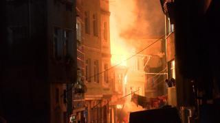 Beyoğlu'nda atık malzemelerin depolandığı binada yangın
