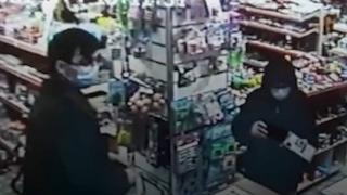Oyuncak dükkanındaki hırsızlık güvenlik kamerasında