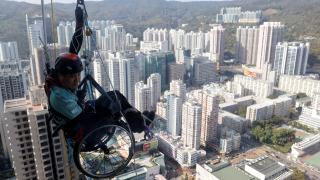 Tekerlekli sandalyesiyle gökdelene tırmandı