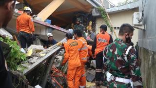 Endonezya'da 6,2 büyüklüğündeki depremde 56 kişi hayatını kaybetti