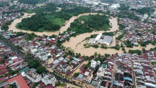Endonezya'da 113 bin kişi yerinden oldu