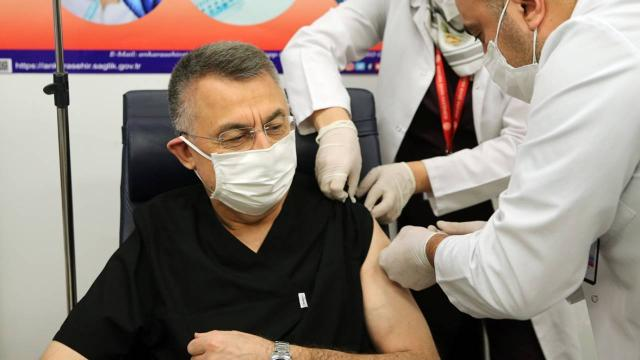 Cumhurbaşkanı Yardımcısı Oktay, Covid19 aşısı yaptırdı