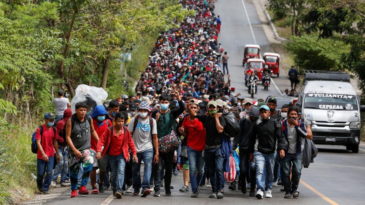 Biden yeşil ışık yaktı, göçmenler harekete geçti: Binlerce kişi yollarda -  Son Dakika Haberleri