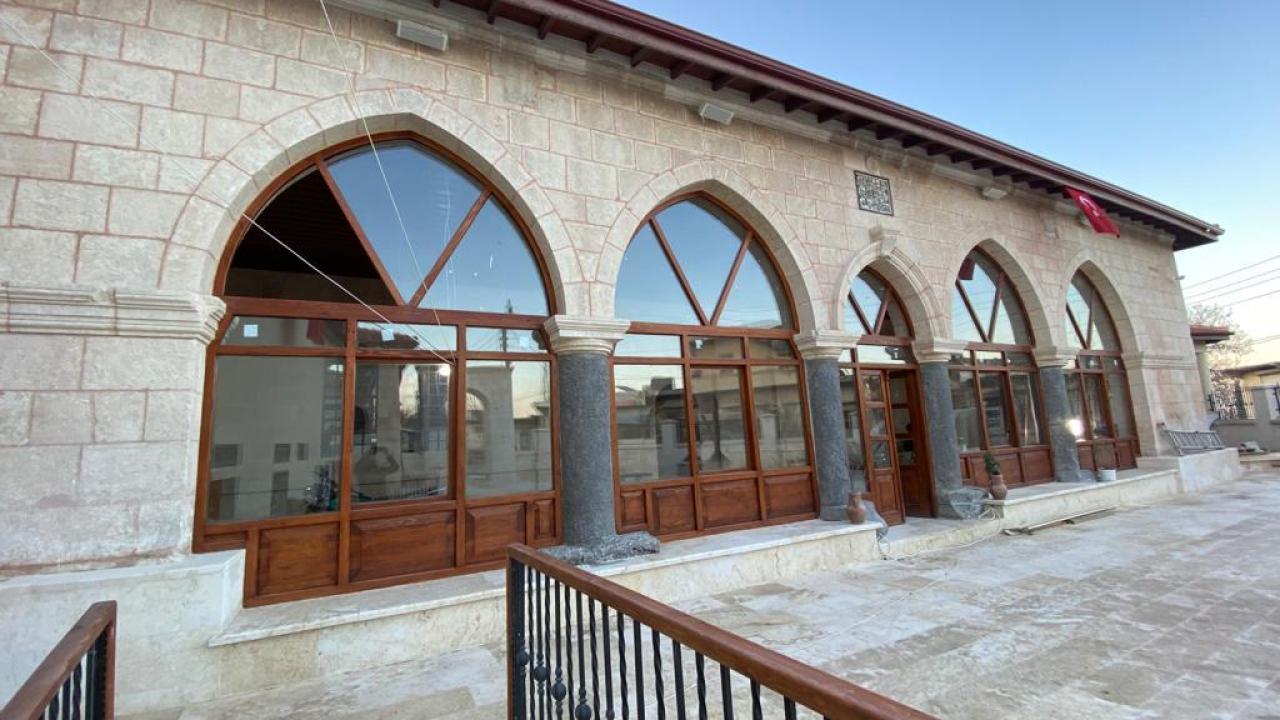 Türkiye Afrin'de bir cami ve türbeyi onardı